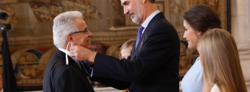 """Dr. Cugat ha recibido la condecoración por ser """"uno de los expertos del mundo en artroscopia"""". Y por ser un ejemplo """"del valor que tienen los profesionales y la investigación médica en nuestra sociedad""""."""